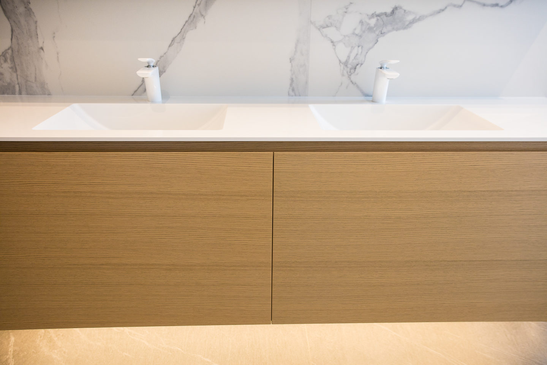 furnirano kopalniško pohištvo