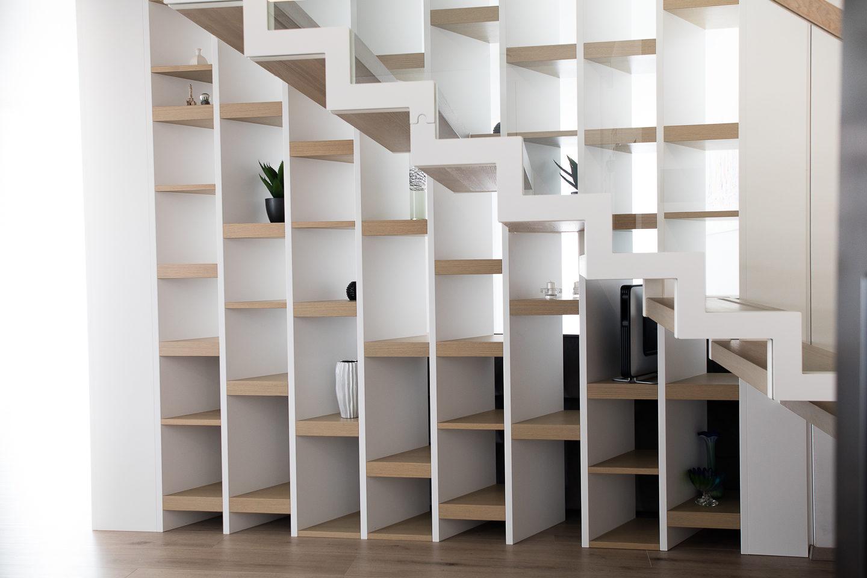 knjižni regal pod stopnicami furnirane police