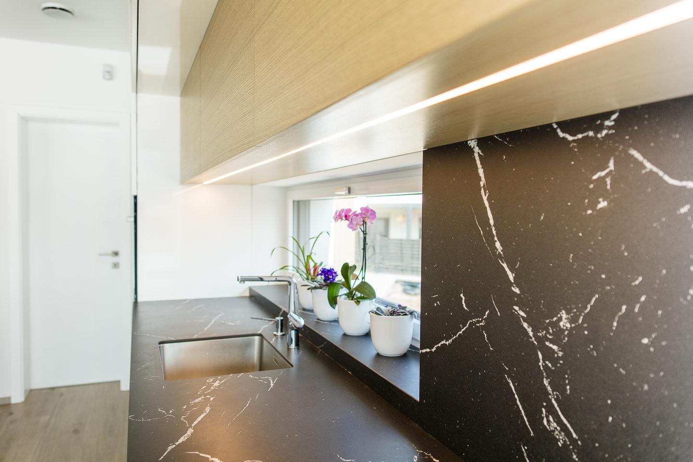 kuhinja visok sijaj pult umetni kamen neolith