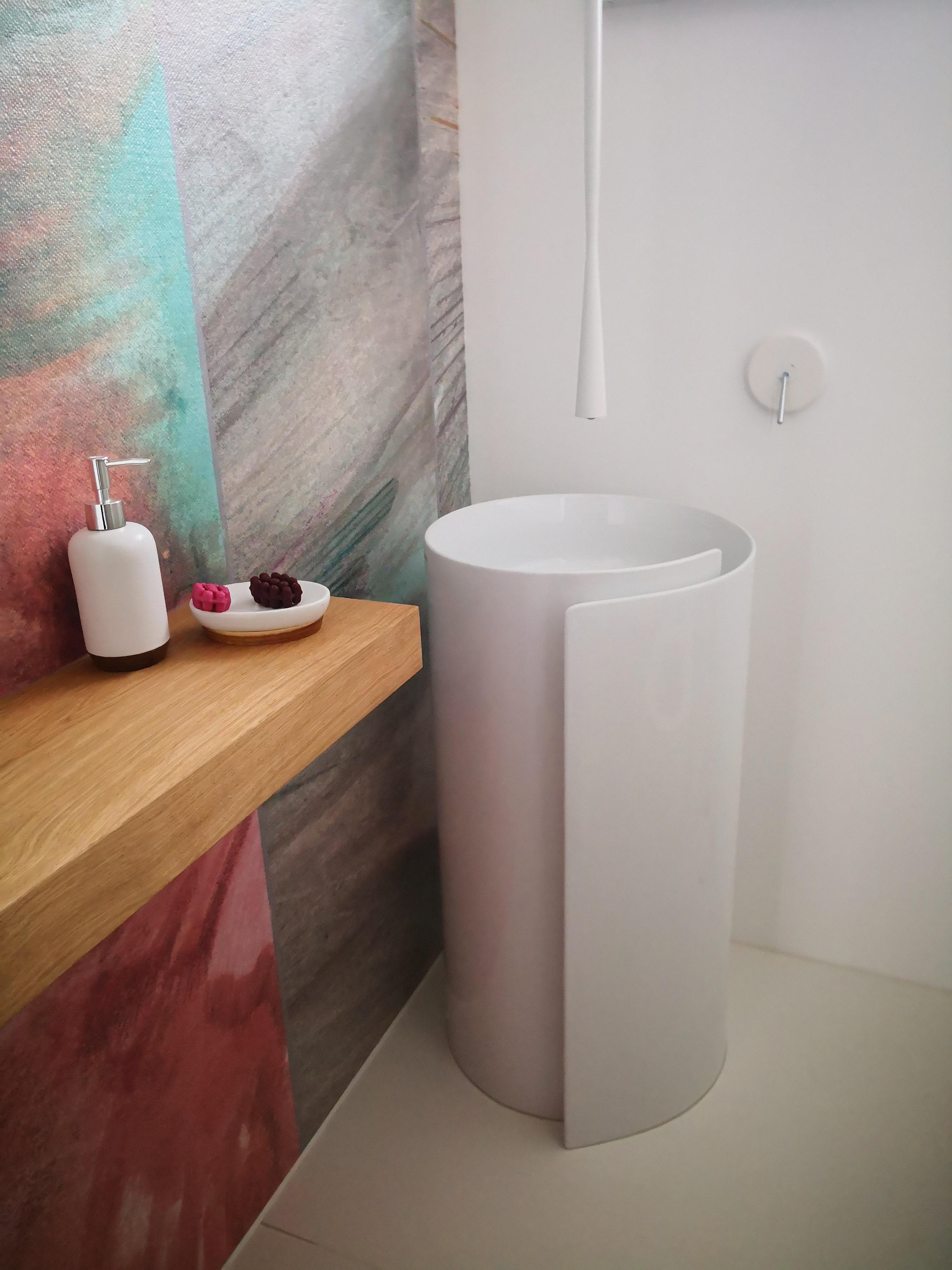 masivno pohištvo v kopalnici, lesena oljena polica