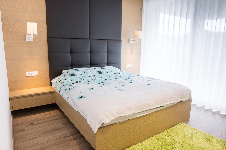 zakonska postelja po meri z oblazinjenim vzglavjem