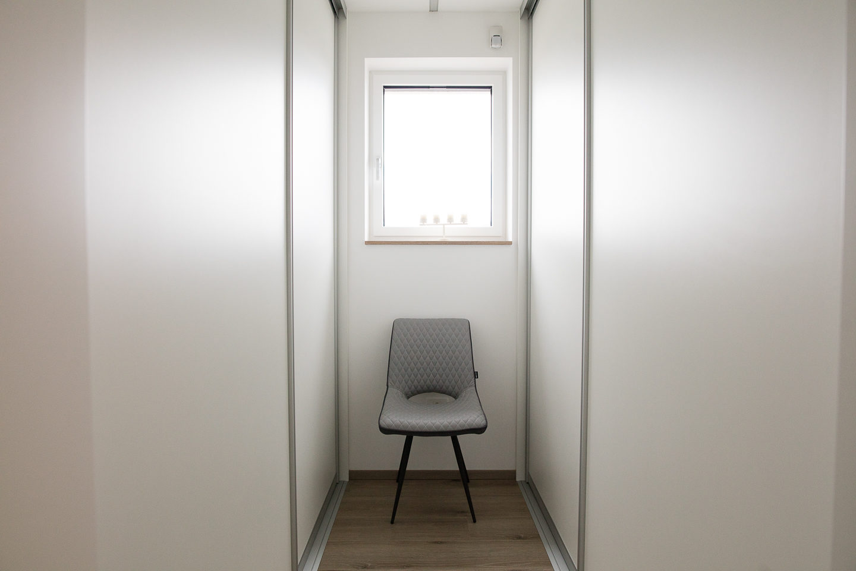 garderobna soba z vgradnimi garderobnimi omarami