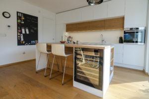 kuhinja z otokom bela kuhinja